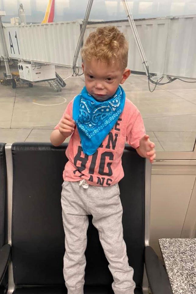 Bị từ chối lên máy bay vì con trai tự kỷ không chịu đeo khẩu trang - Ảnh 1.
