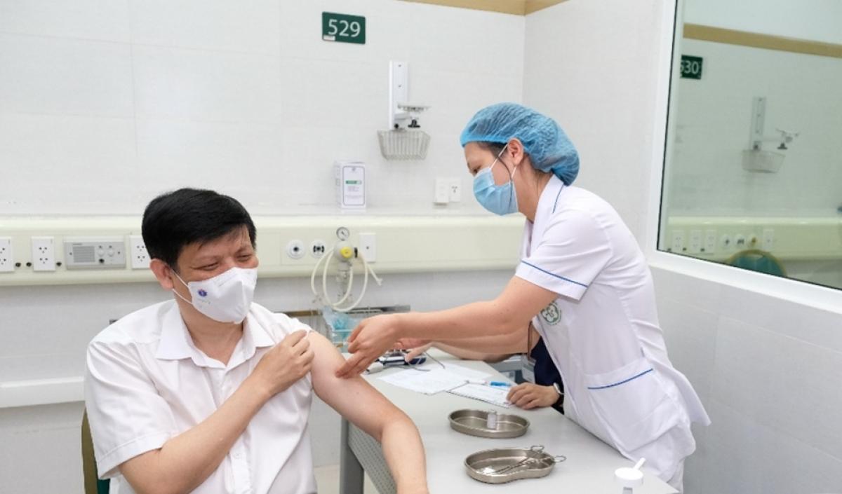 Bộ trưởng Bộ Y tế Nguyễn Thanh Long tiêm vaccine COVID-19 của AstraZeneca - Ảnh 1.
