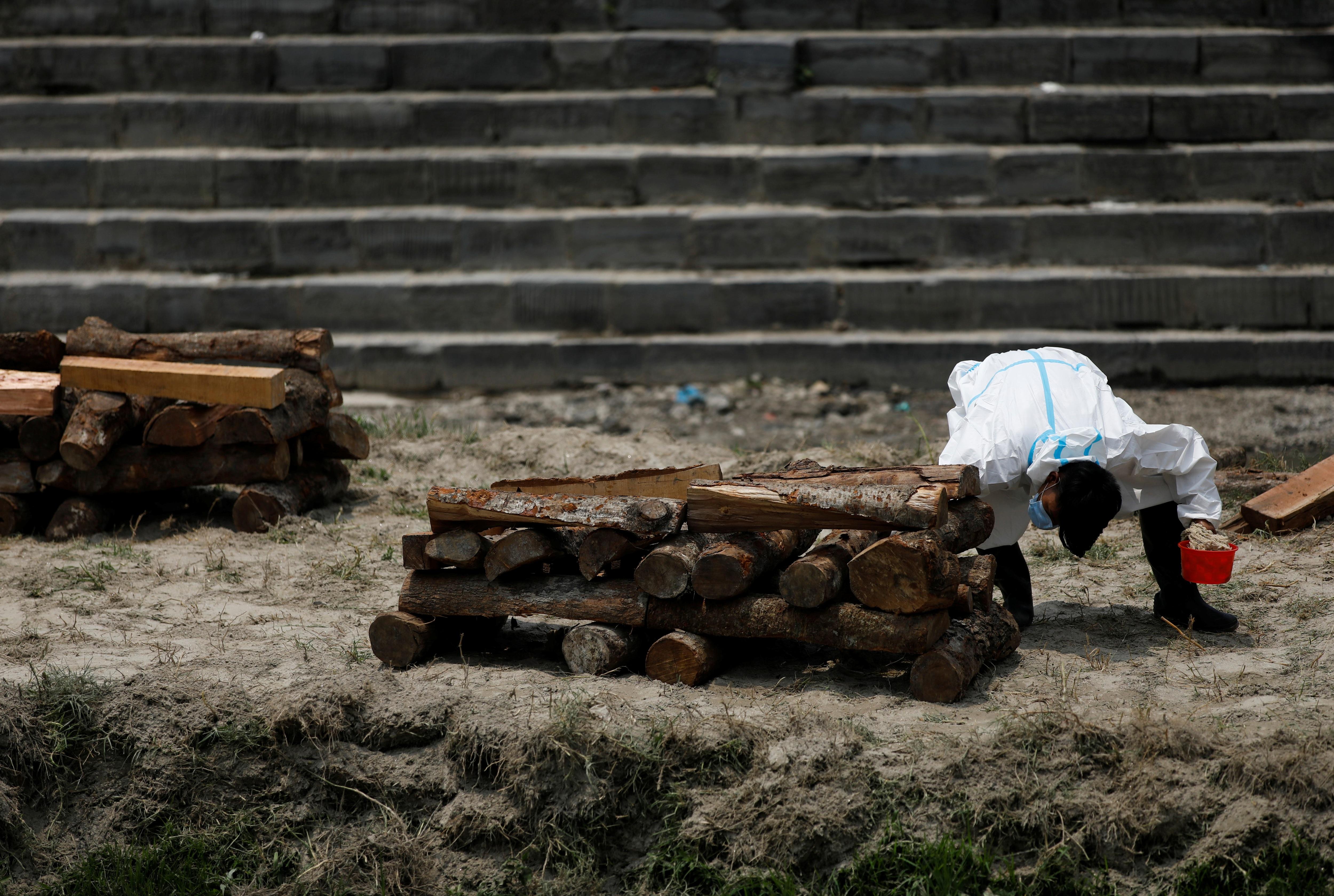 'Bão' Covid-19 tràn tới, Nepal dựng giàn thiêu tập thể - Ảnh 8.