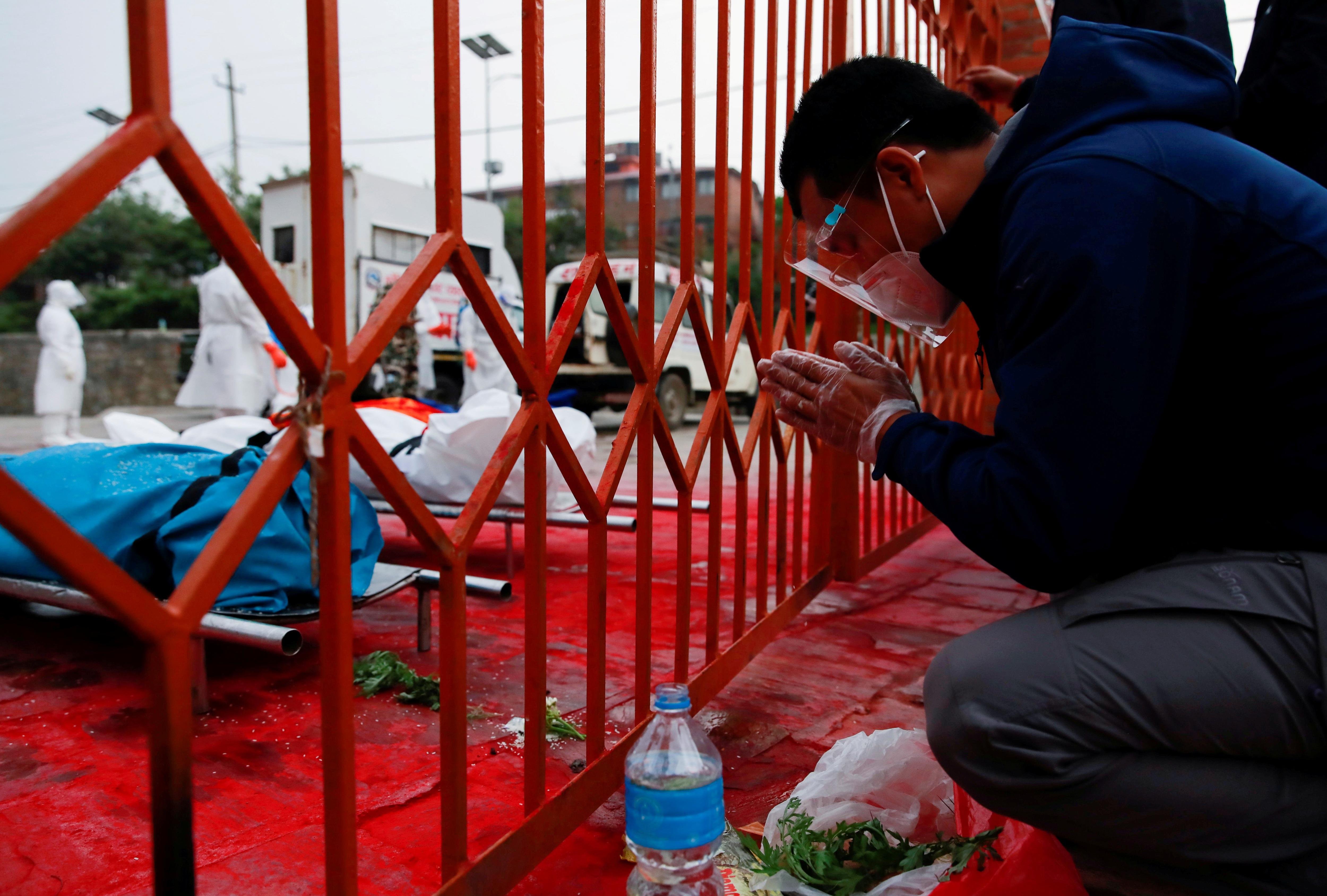 'Bão' Covid-19 tràn tới, Nepal dựng giàn thiêu tập thể - Ảnh 6.