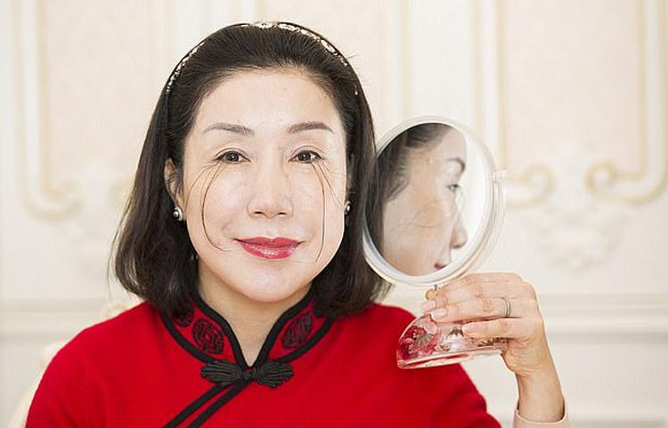 Người phụ nữ có lông mi dài nhất thế giới tự phá kỷ lục bản thân - Ảnh 1.