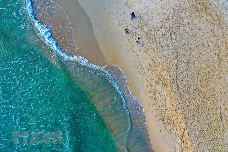 Ngắm biển Mỹ Khê vừa được chọn vào top 25 bãi biển đẹp nhất châu Á - Ảnh 1.