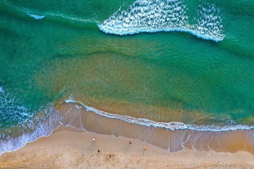 Ngắm biển Mỹ Khê vừa được chọn vào top 25 bãi biển đẹp nhất châu Á - Ảnh 2.