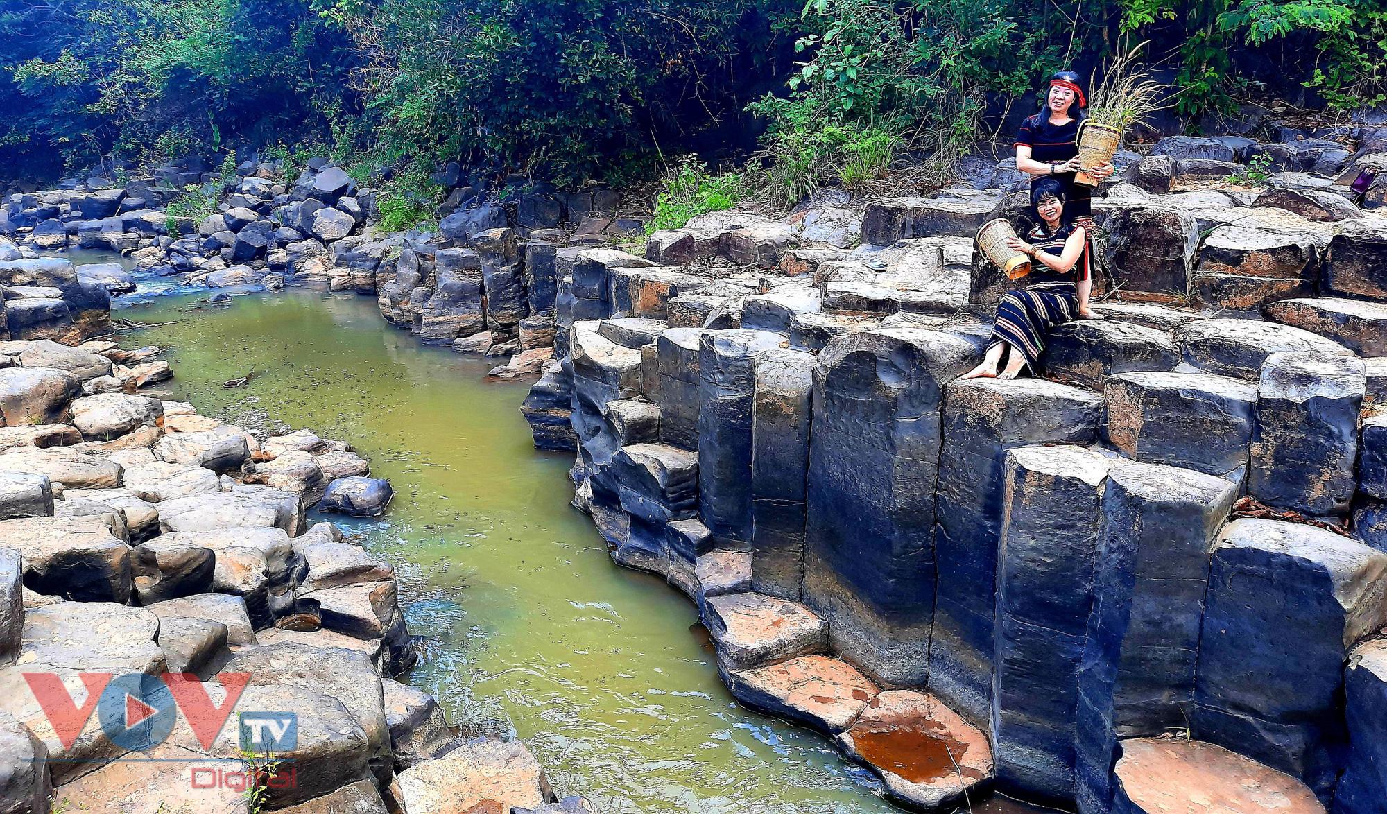 Gia Lai: Mê đắm vẻ đẹp hoang sơ của suối đá núi lửa Ia Ruai - Ảnh 2.