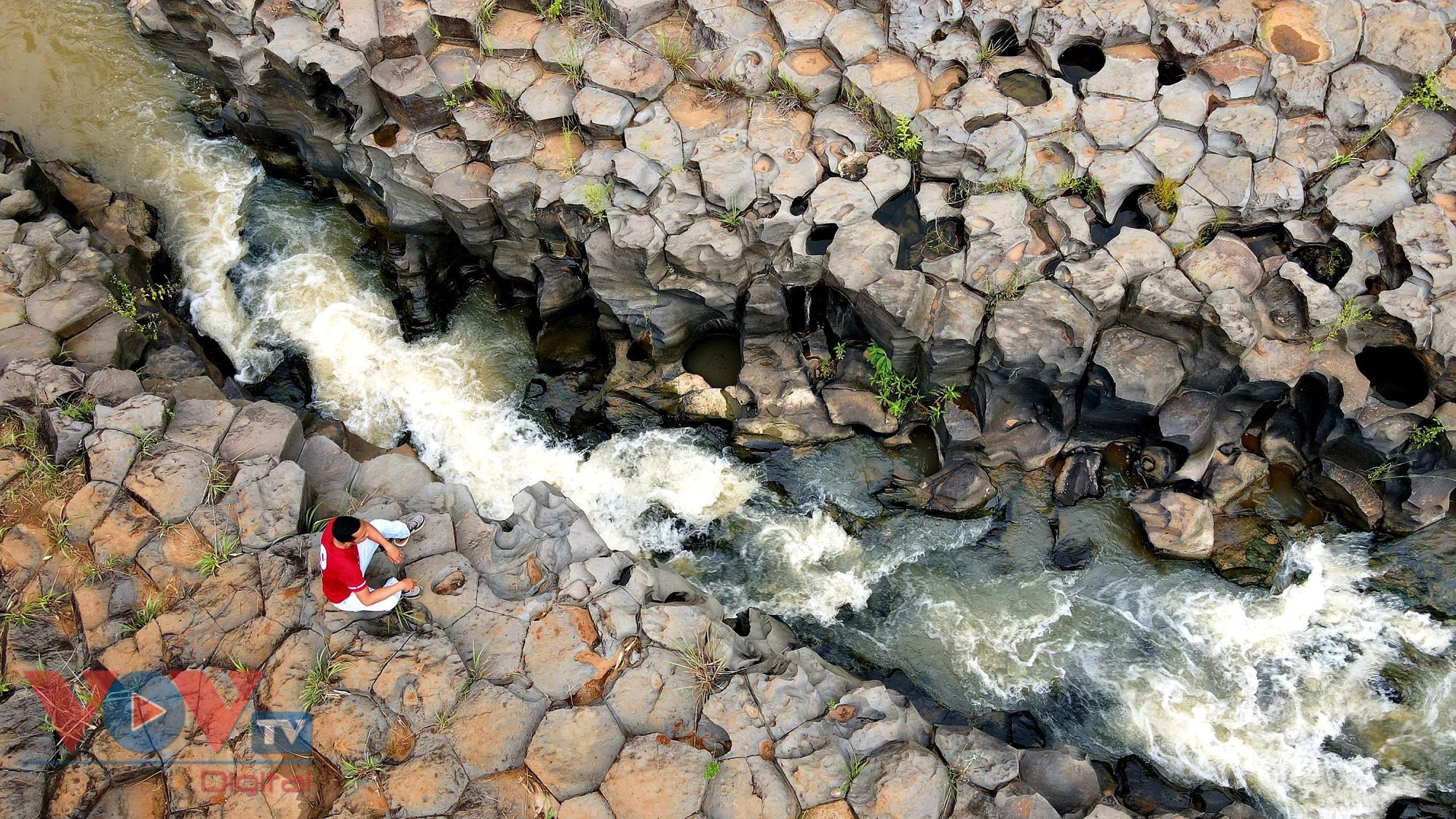 Gia Lai: Mê đắm vẻ đẹp hoang sơ của suối đá núi lửa Ia Ruai - Ảnh 4.