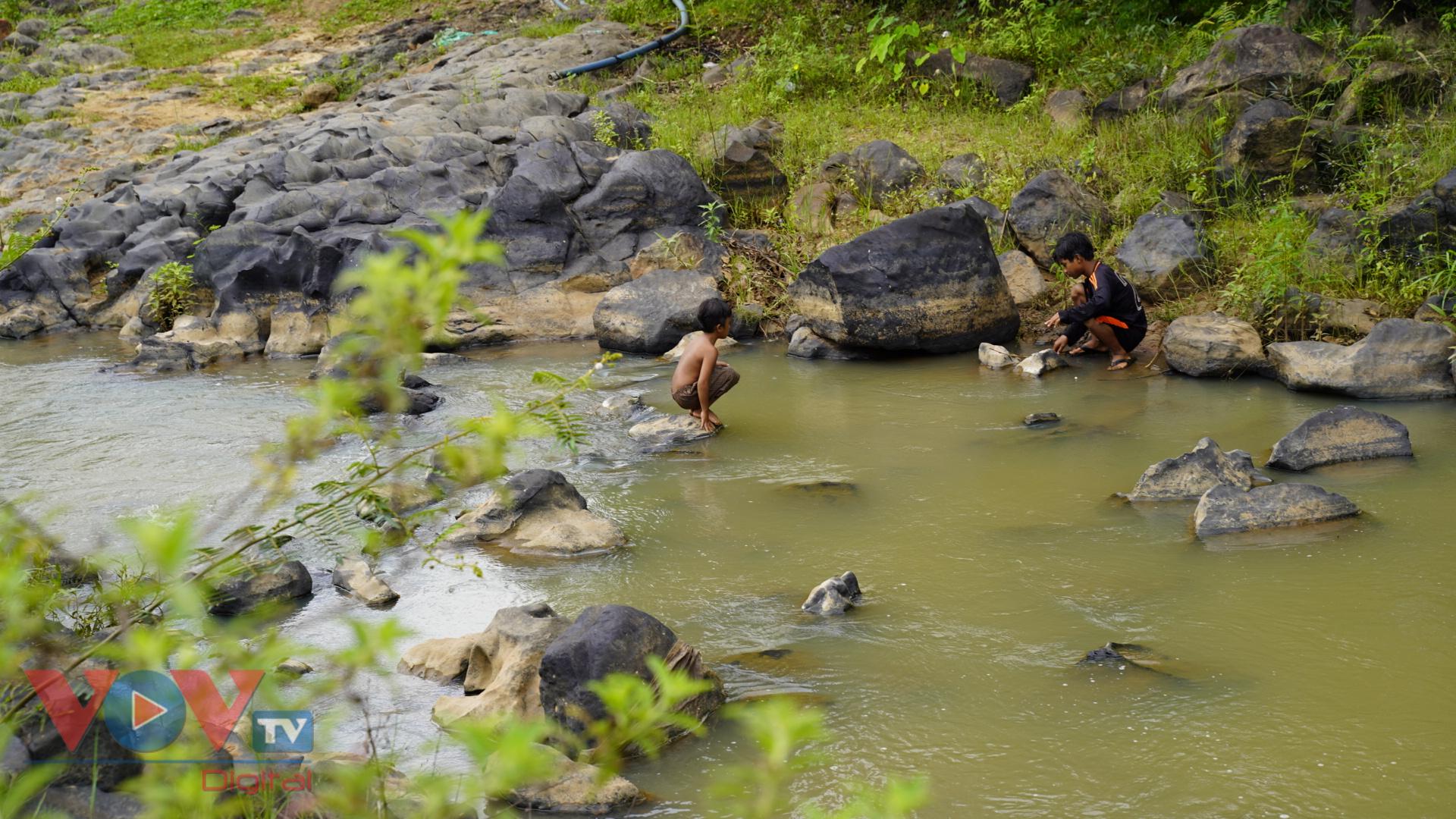 Gia Lai: Mê đắm vẻ đẹp hoang sơ của suối đá núi lửa Ia Ruai - Ảnh 9.