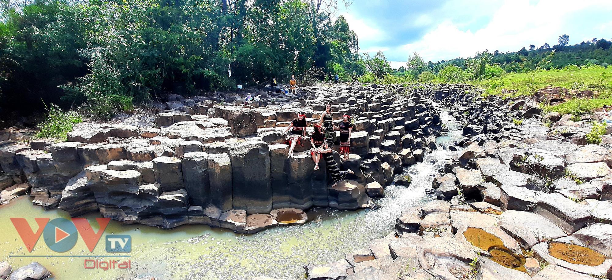 Gia Lai: Mê đắm vẻ đẹp hoang sơ của suối đá núi lửa Ia Ruai - Ảnh 11.