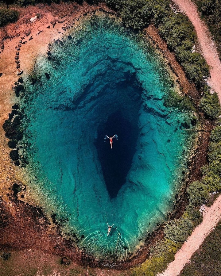 Choáng ngợp vẻ đẹp siêu thực của hồ nước được mệnh danh 'Con mắt của Trái Đất' - Ảnh 6.