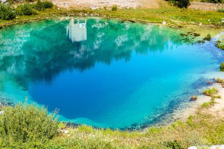 Choáng ngợp vẻ đẹp siêu thực của hồ nước được mệnh danh 'Con mắt của Trái Đất' - Ảnh 8.