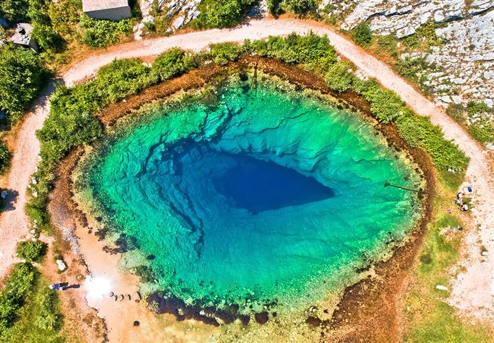 Choáng ngợp vẻ đẹp siêu thực của hồ nước được mệnh danh 'Con mắt của Trái Đất' - Ảnh 1.