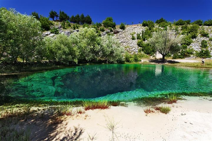 Choáng ngợp vẻ đẹp siêu thực của hồ nước được mệnh danh 'Con mắt của Trái Đất' - Ảnh 4.