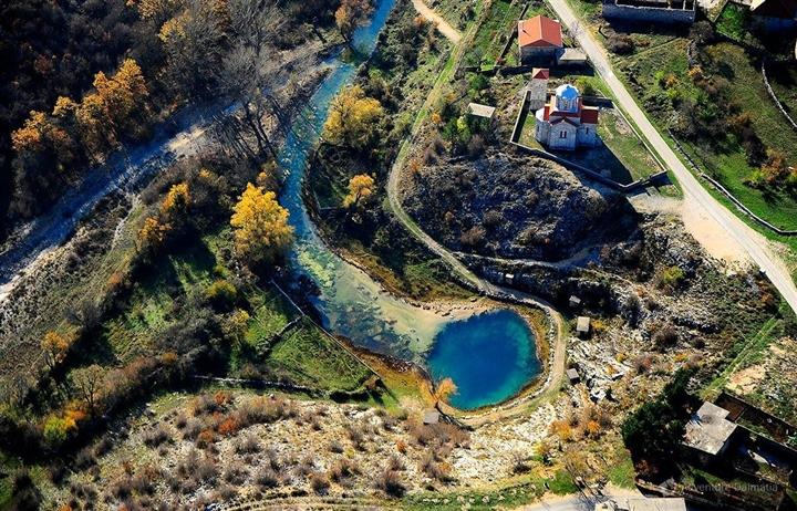 Choáng ngợp vẻ đẹp siêu thực của hồ nước được mệnh danh 'Con mắt của Trái Đất' - Ảnh 2.