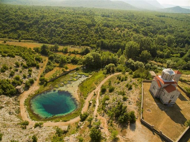 Choáng ngợp vẻ đẹp siêu thực của hồ nước được mệnh danh 'Con mắt của Trái Đất' - Ảnh 5.
