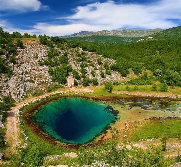 Choáng ngợp vẻ đẹp siêu thực của hồ nước được mệnh danh 'Con mắt của Trái Đất' - Ảnh 3.