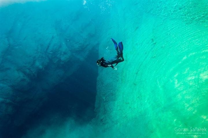 Choáng ngợp vẻ đẹp siêu thực của hồ nước được mệnh danh 'Con mắt của Trái Đất' - Ảnh 7.