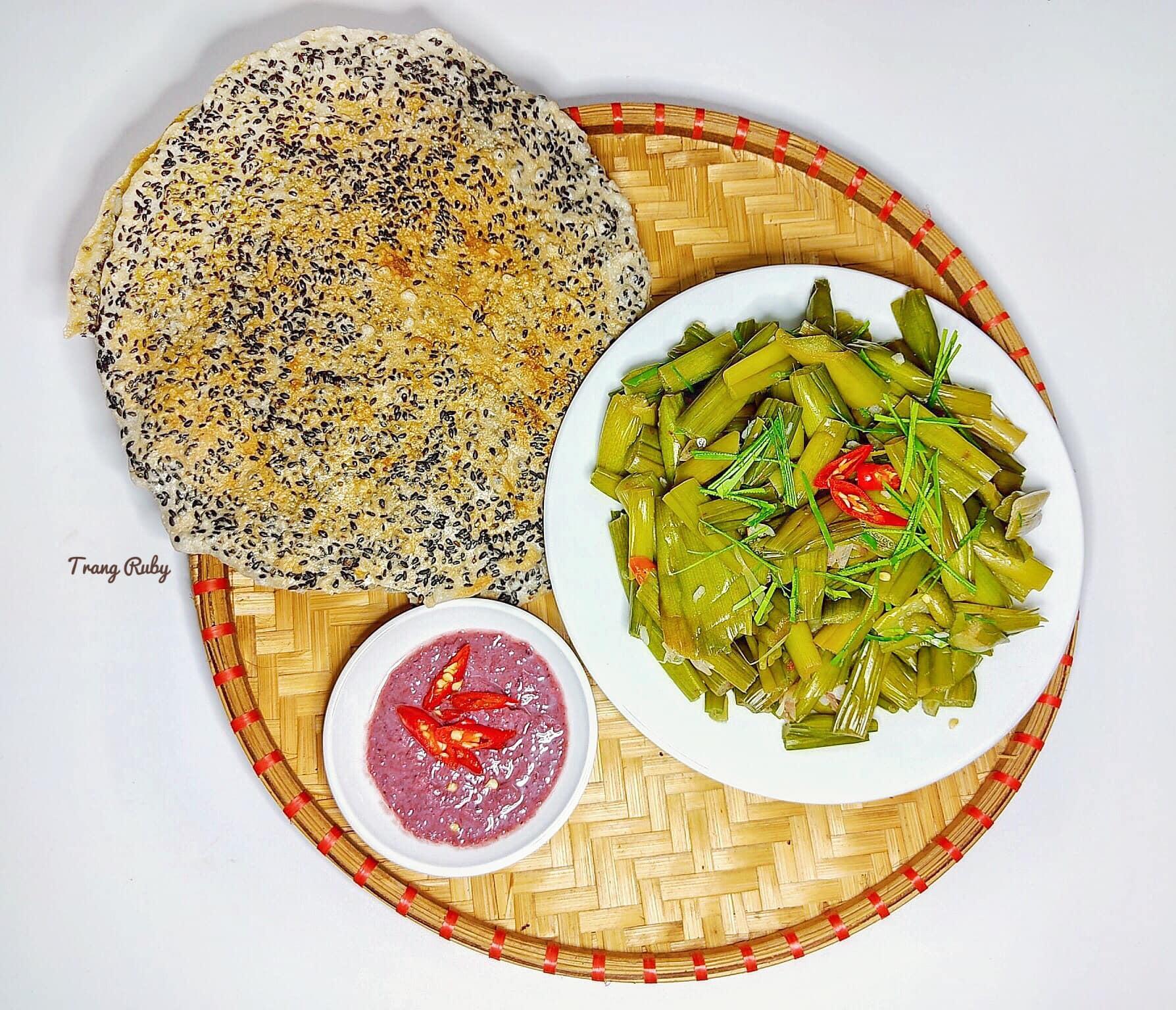 Món dọc mùng muối chua 'dai, giòn sần sật' nức tiếng ở Nghệ An - Ảnh 4.