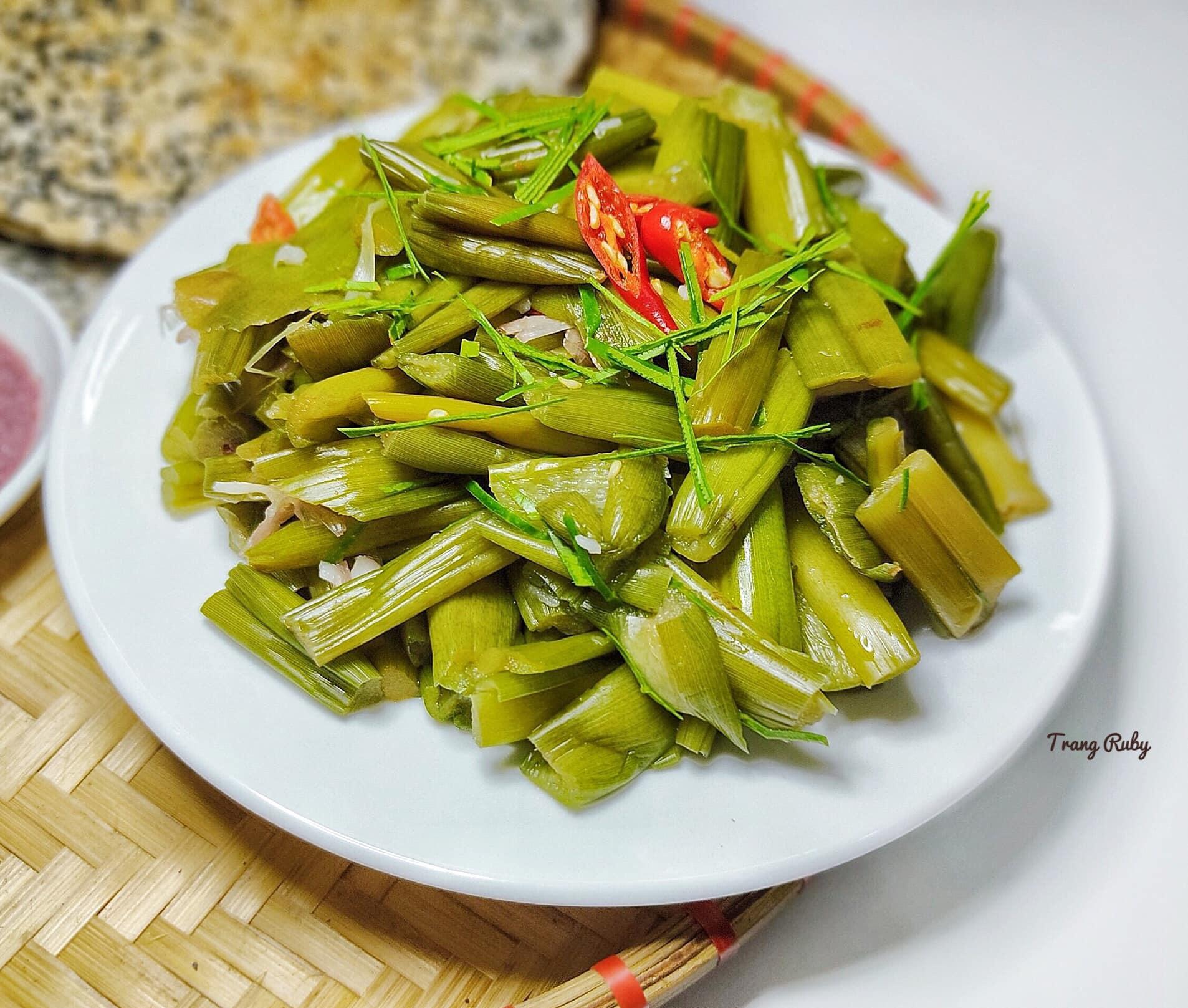 Món dọc mùng muối chua 'dai, giòn sần sật' nức tiếng ở Nghệ An - Ảnh 1.