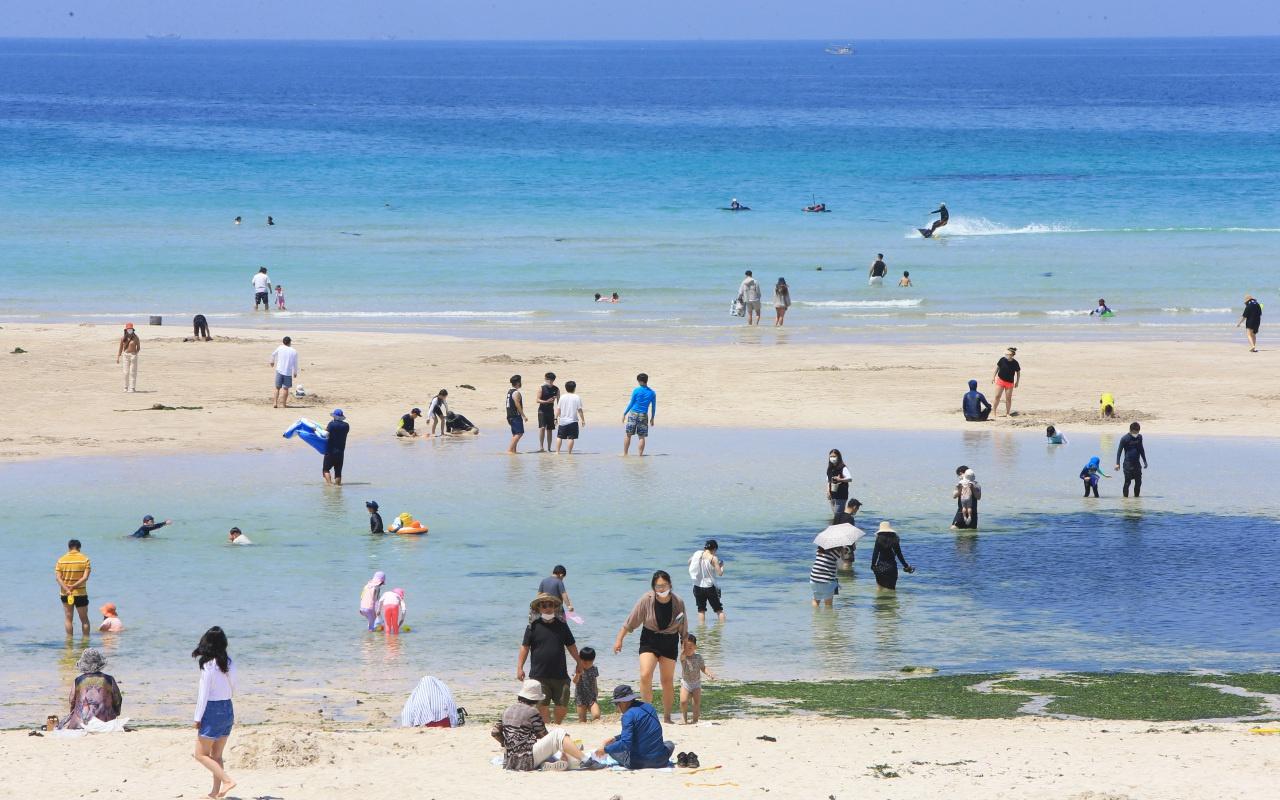 Người trẻ Hàn đổ xô đến đảo Jeju nghỉ mát bất chấp đại dịch - Ảnh 2.
