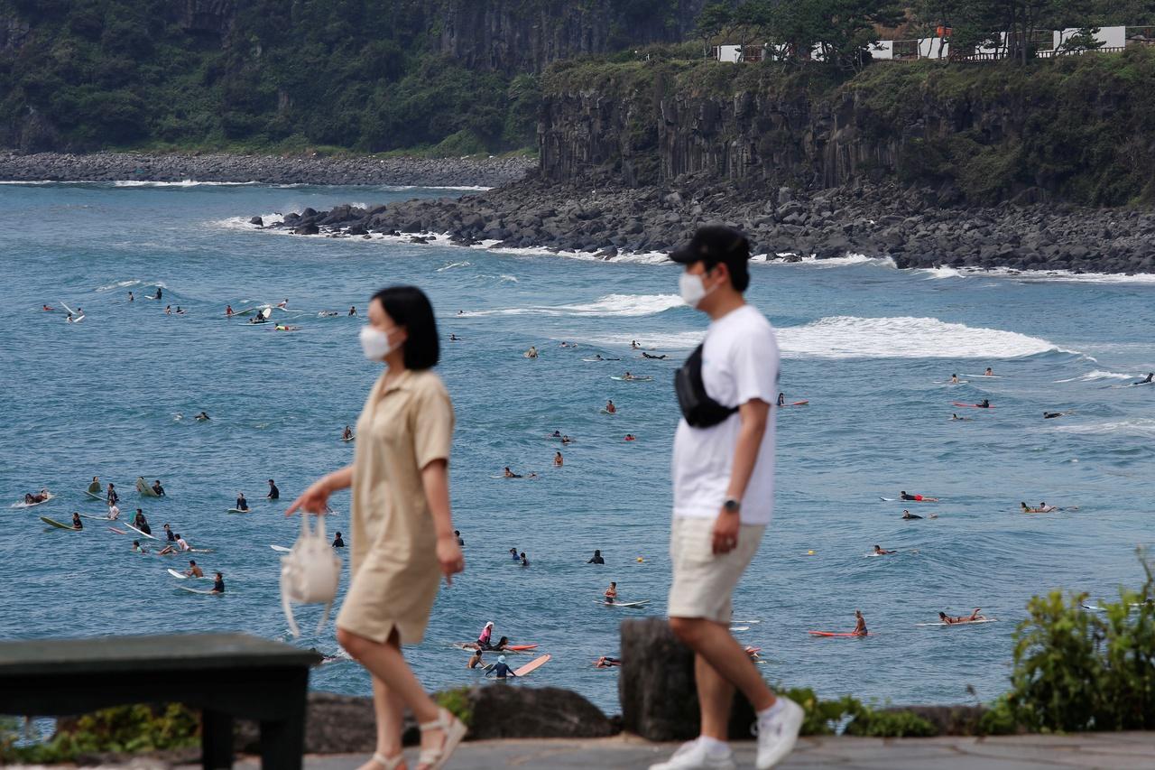 Người trẻ Hàn đổ xô đến đảo Jeju nghỉ mát bất chấp đại dịch - Ảnh 1.