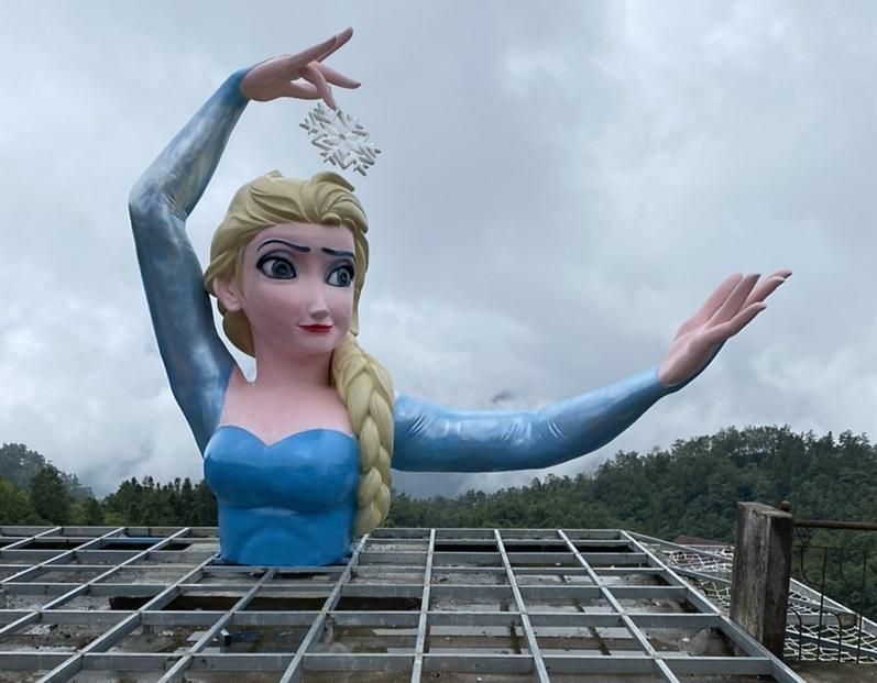 Tạm dừng hoạt động cơ sở có bức tượng nữ hoàng băng giá - Ảnh 1.