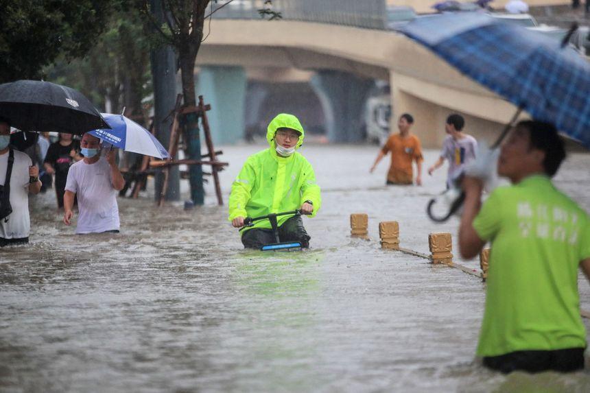Nhà máy iPhone Trung Quốc chìm trong biển nước - Ảnh 1.