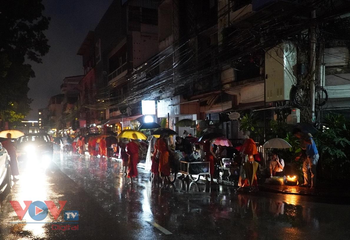 Mặc dù trời mưa to, nhưng người dân, phật tử Lào đã dậy từ 4 giờ sáng, xếp dọc theo những con đường mà các nhà sư đi qua để tiến hành nghi lễ cúng dường