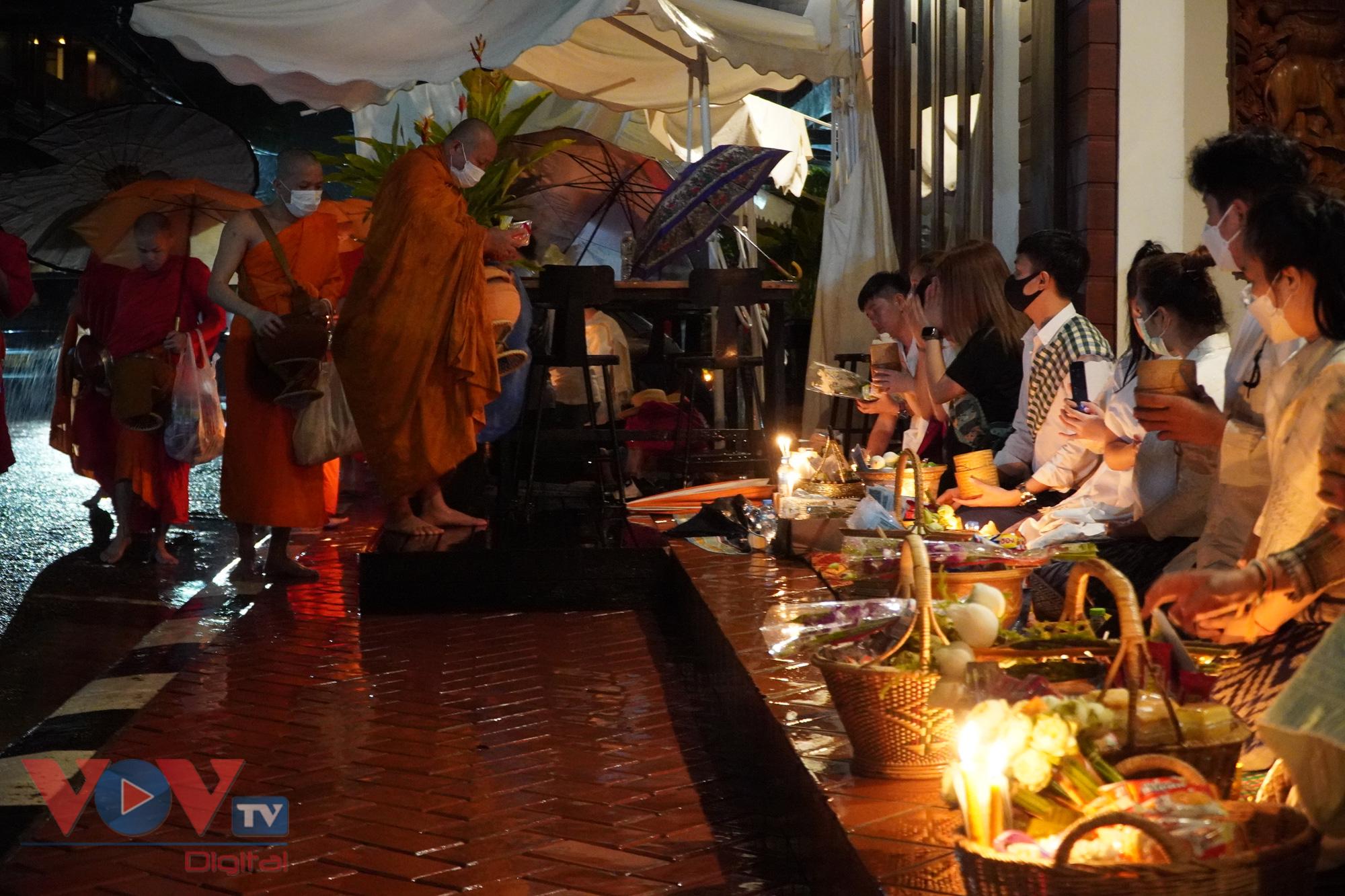 Trước ngày lễ một ngày, bà con Phật tử đã chuẩn bị các đồ lễ như: Gói bánh, chuẩn bị hương, hoa, nến, đèn, bánh kẹo, cơm , xôi, hoa quả… để cúng dường