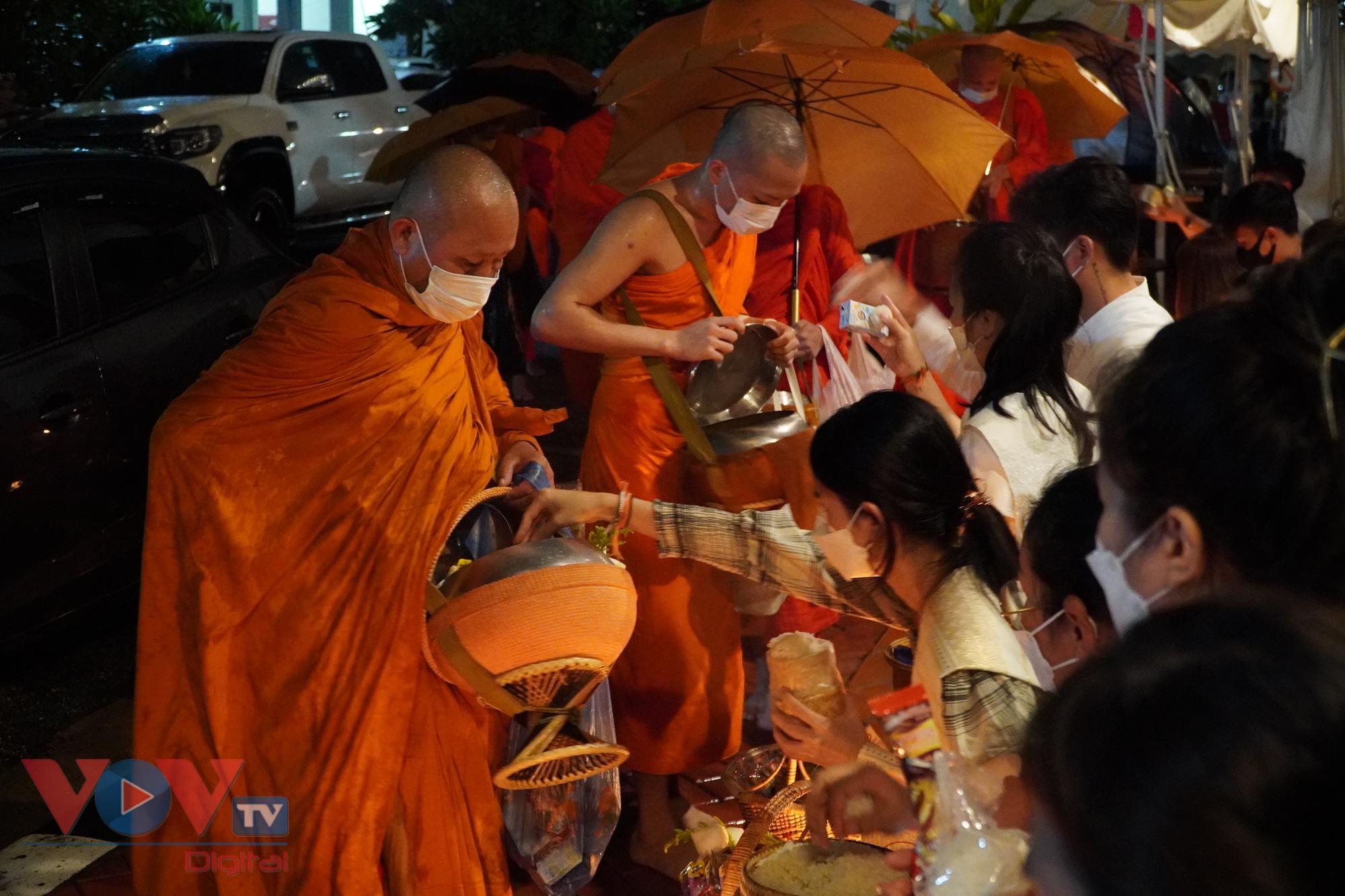 Truyền thống nghi lễ khất thực Xaybath ở Lào xuất hiện từ thế kỷ 14. Đây là 1 trong những nét đẹp truyền thống lâu đời của nền văn hóa Phật giáo của xứ sở Triệu Voi