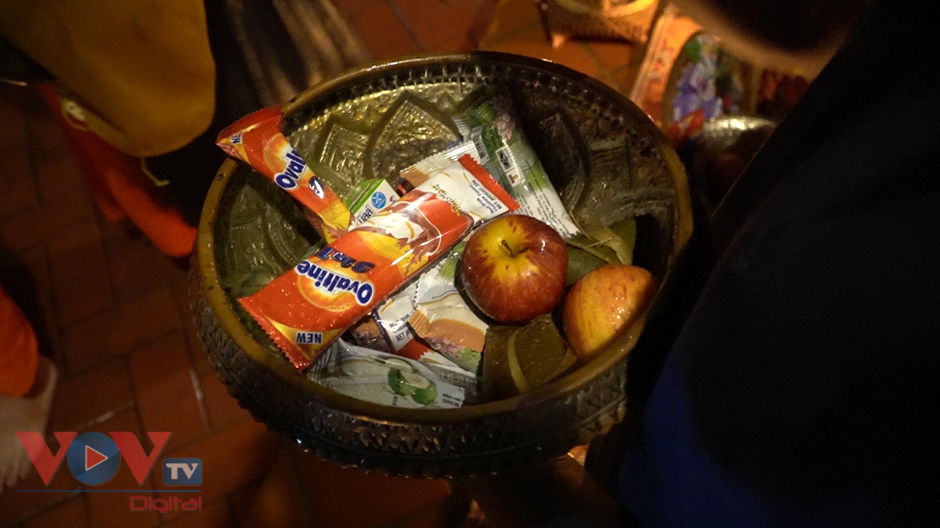 Đồ cúng dường đơn giản chỉ là ít bánh và hoa quả