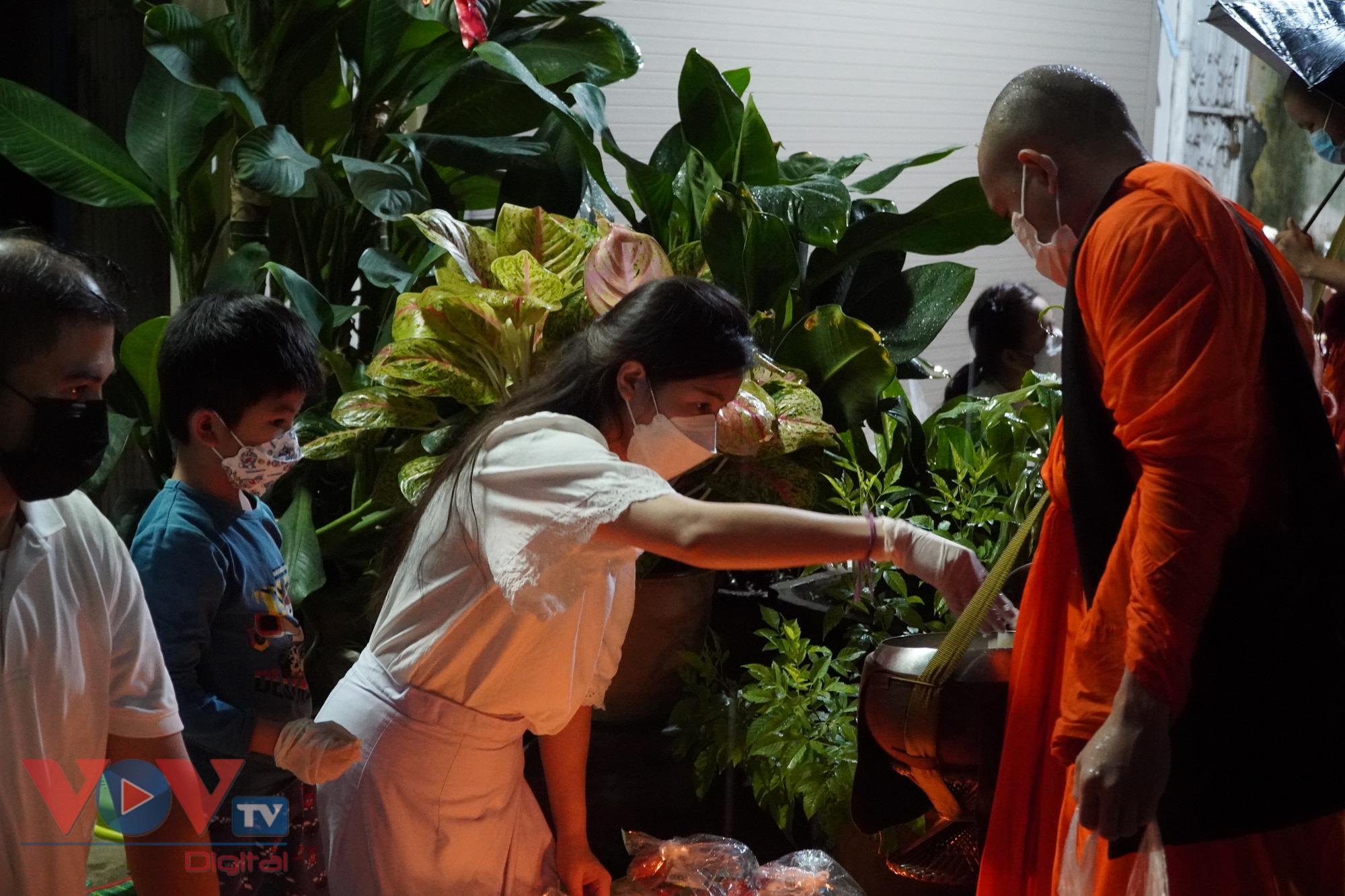 Con trai chị Chanxay còn bé nên có tính tò mò tìm hiểu về nghi lễ Xaybath. Chị cho biết, đây cũng là một cách để mình dạy con gìn giữ nét đẹp về văn hóa, phong tục tập quán