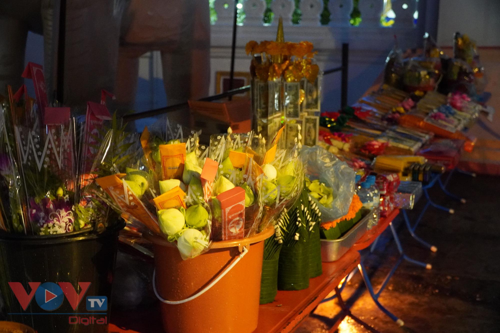 Để phục vụ du khách muốn tham gia nghi lễ Takbat, nhiều hàng quán đã bày bán đầy đủ đồ cúng dường cần thiết ngay cạnh cổng chùa
