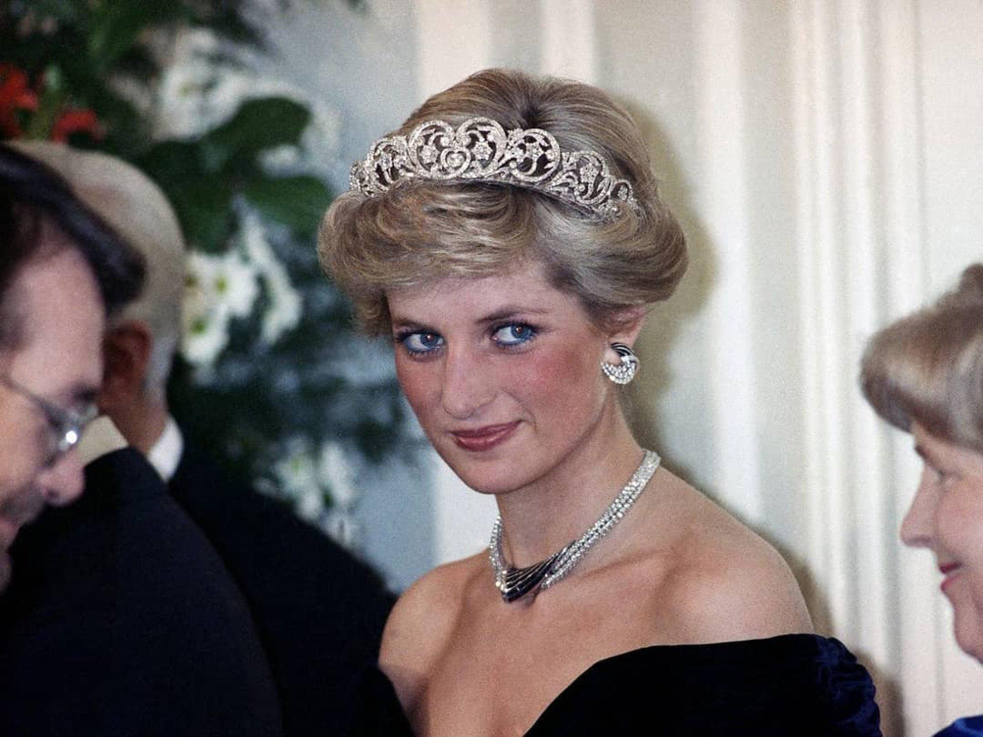 Công nương Diana thích phá vỡ quy tắc thời trang ở Hoàng gia Anh - Ảnh 1.