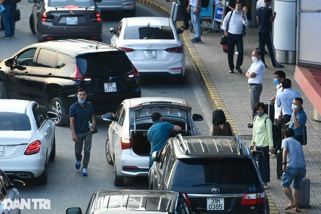 Sợ bị 'cấm cửa', nhiều tài xế từ chối chở khách đến/đi từ sân bay Nội Bài - Ảnh 1.