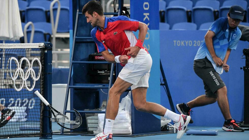 Djokovic tức giận đập gãy vợt khi trắng tay ở Olympic - Ảnh 1.