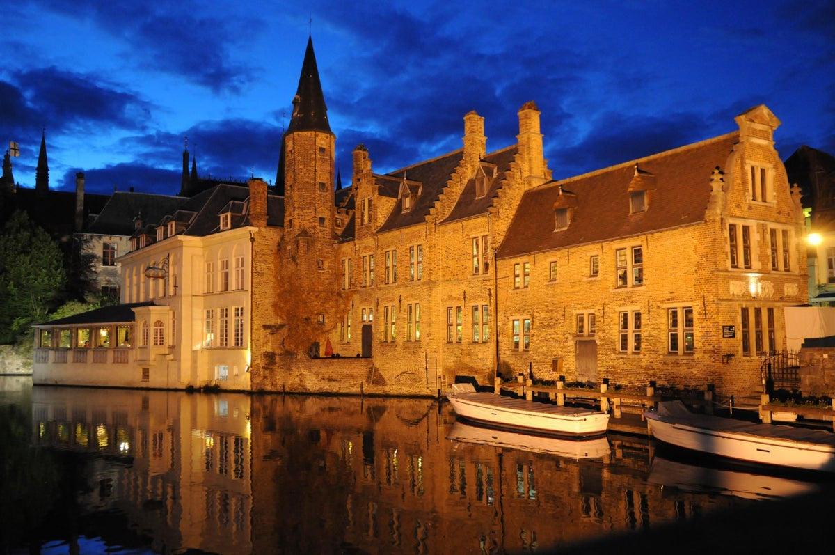 Một ngày khám phá thành phố đẹp nhất nước Bỉ - Ảnh 2.