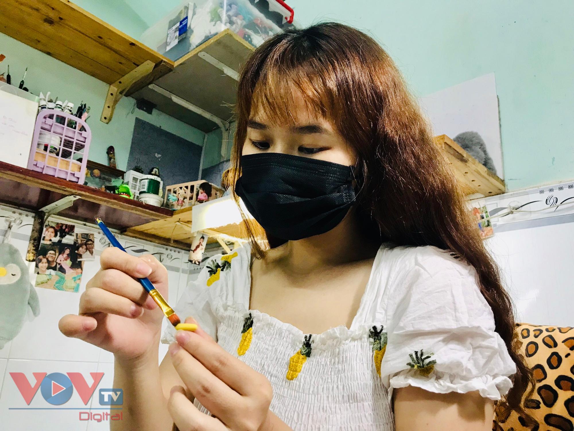 Chị Phạm Thùy Thanh Thảo tỉ mỉ trong từng sản phẩm.jpg