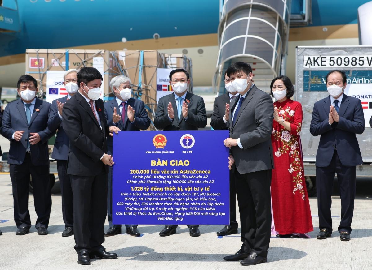 Chủ tịch Quốc hội chứng kiến lễ bàn giao vaccine ngay sau khi tới sân bay Nội Bài - Ảnh 2.