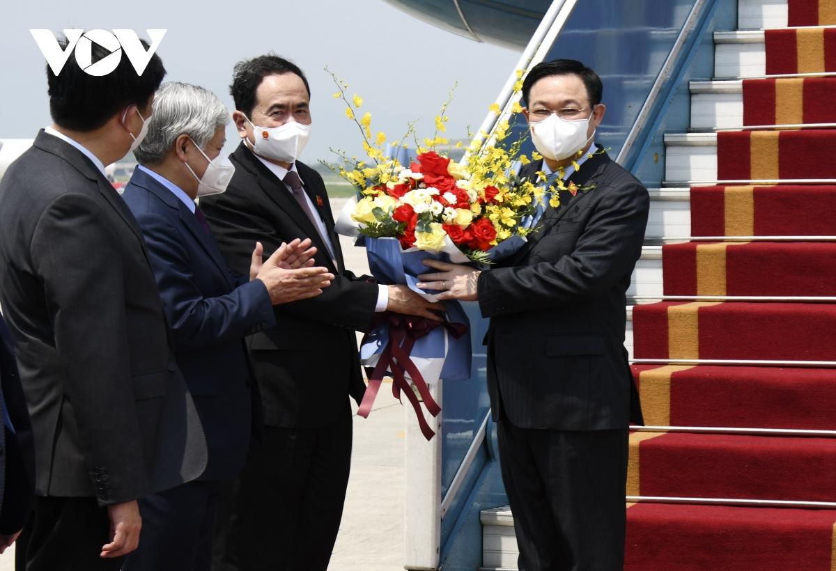 Chủ tịch Quốc hội chứng kiến lễ bàn giao vaccine ngay sau khi tới sân bay Nội Bài - Ảnh 1.