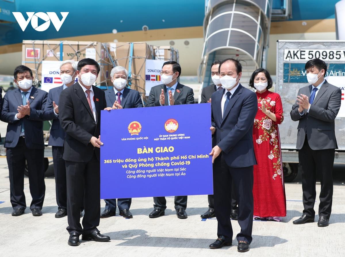 Chủ tịch Quốc hội chứng kiến lễ bàn giao vaccine ngay sau khi tới sân bay Nội Bài - Ảnh 3.