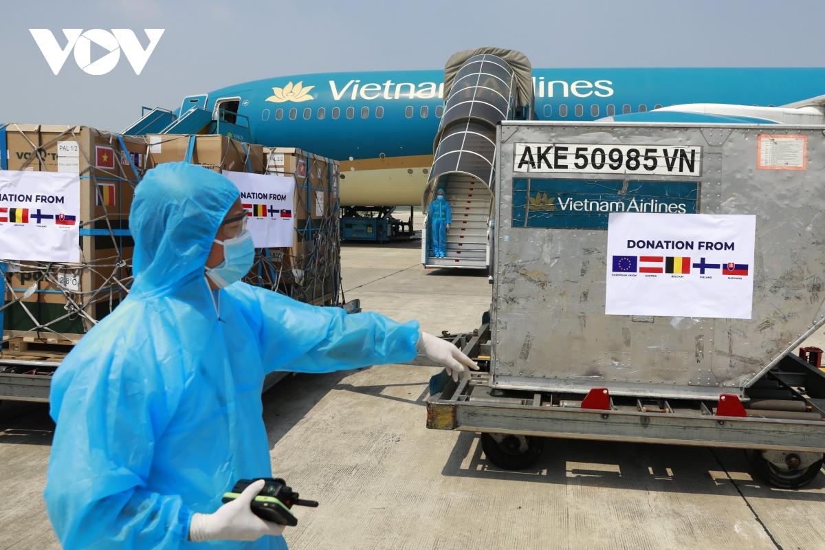 Chủ tịch Quốc hội chứng kiến lễ bàn giao vaccine ngay sau khi tới sân bay Nội Bài - Ảnh 4.