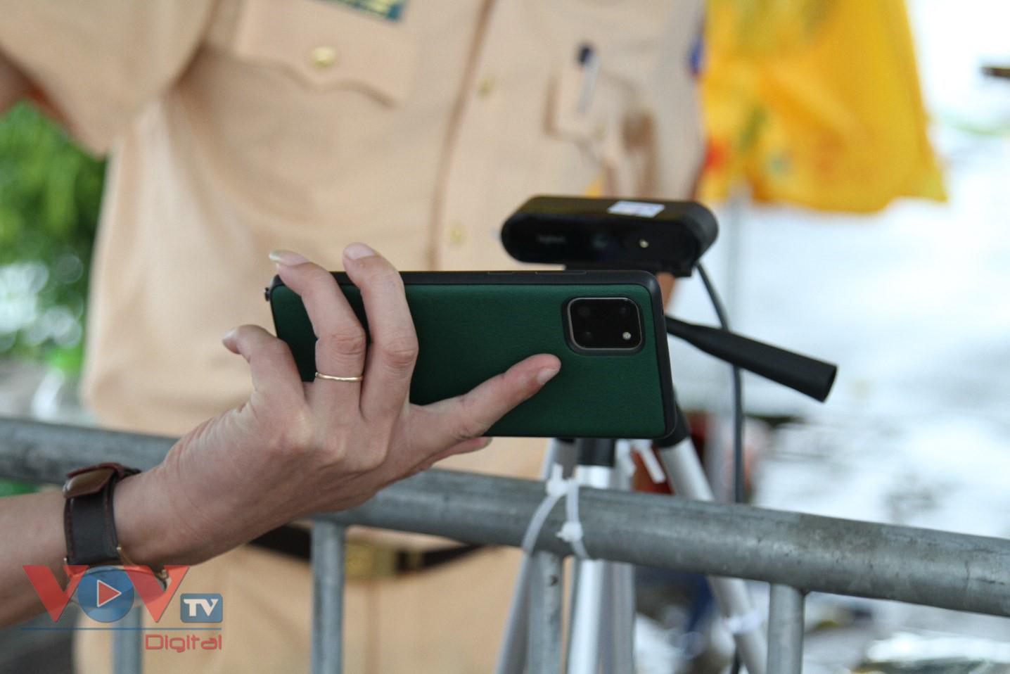 Cận cảnh camera tự động quét QR code tại chốt kiểm soát ra vào Thủ đô - Ảnh 9.