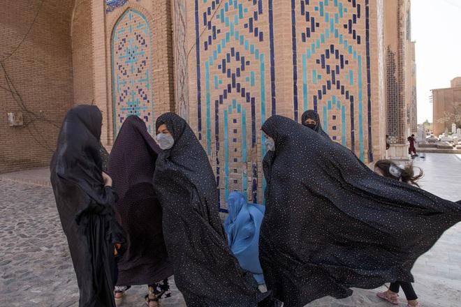 Taliban cấm phụ nữ làm việc chung với nam giới - Ảnh 1.