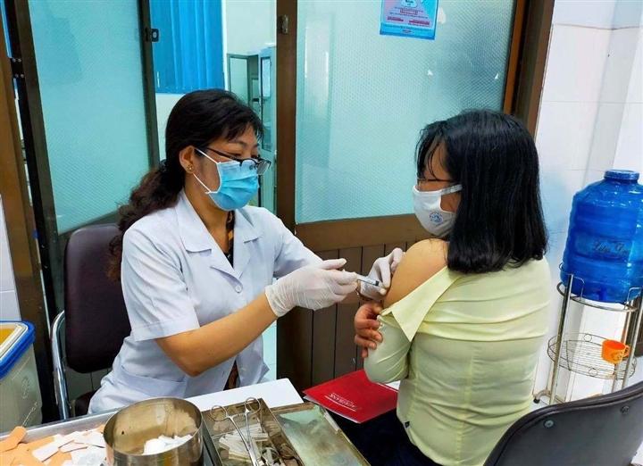 TP.HCM đề xuất rút ngắn khoảng cách 2 mũi tiêm vaccine: Chuyên gia nói gì? - Ảnh 1.