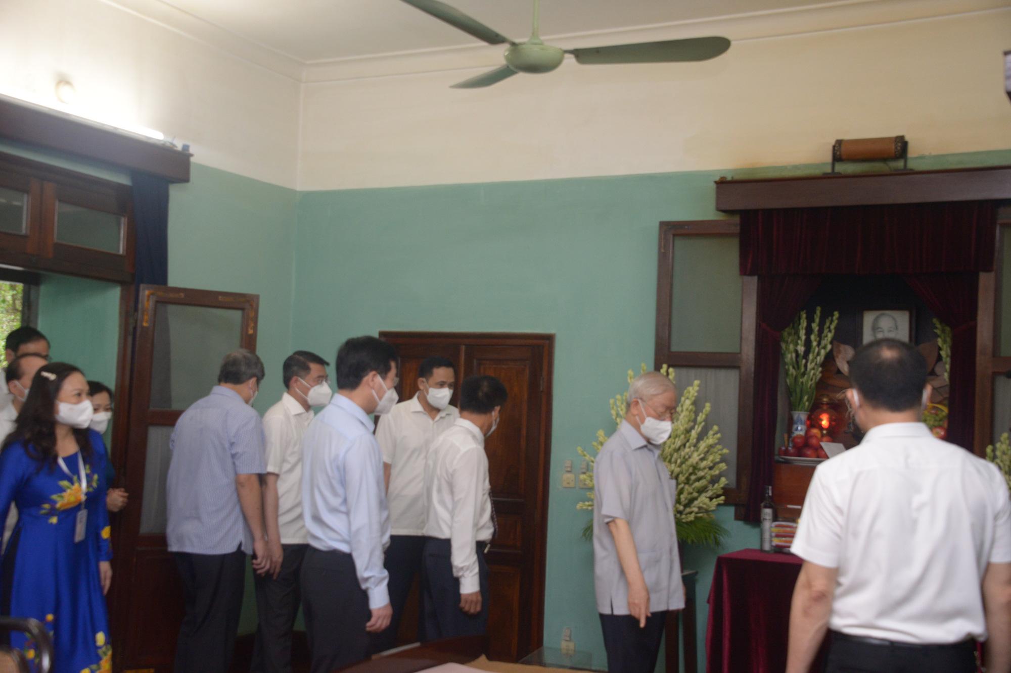 02-09_TBT Nguyễn Phú Trọng vào thắp hương tưởng niệm Chủ tịch Hồ Chí Minh_Văn Hiếu_VOV1.jpg