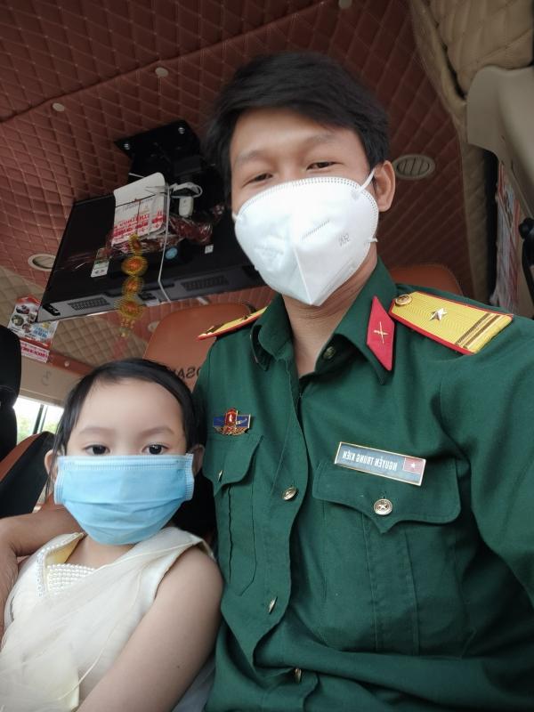 Hành trình của Thiếu tá cưu mang em bé mồ côi vì COVID-19 - Ảnh 2.