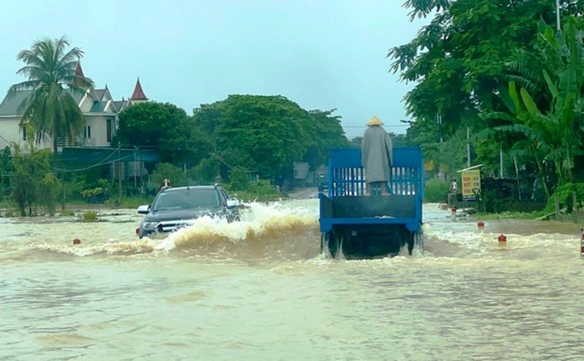Nghệ An di dời dân khẩn cấp khi có gần 700 nhà dân bị ngập do mưa lũ - Ảnh 2.