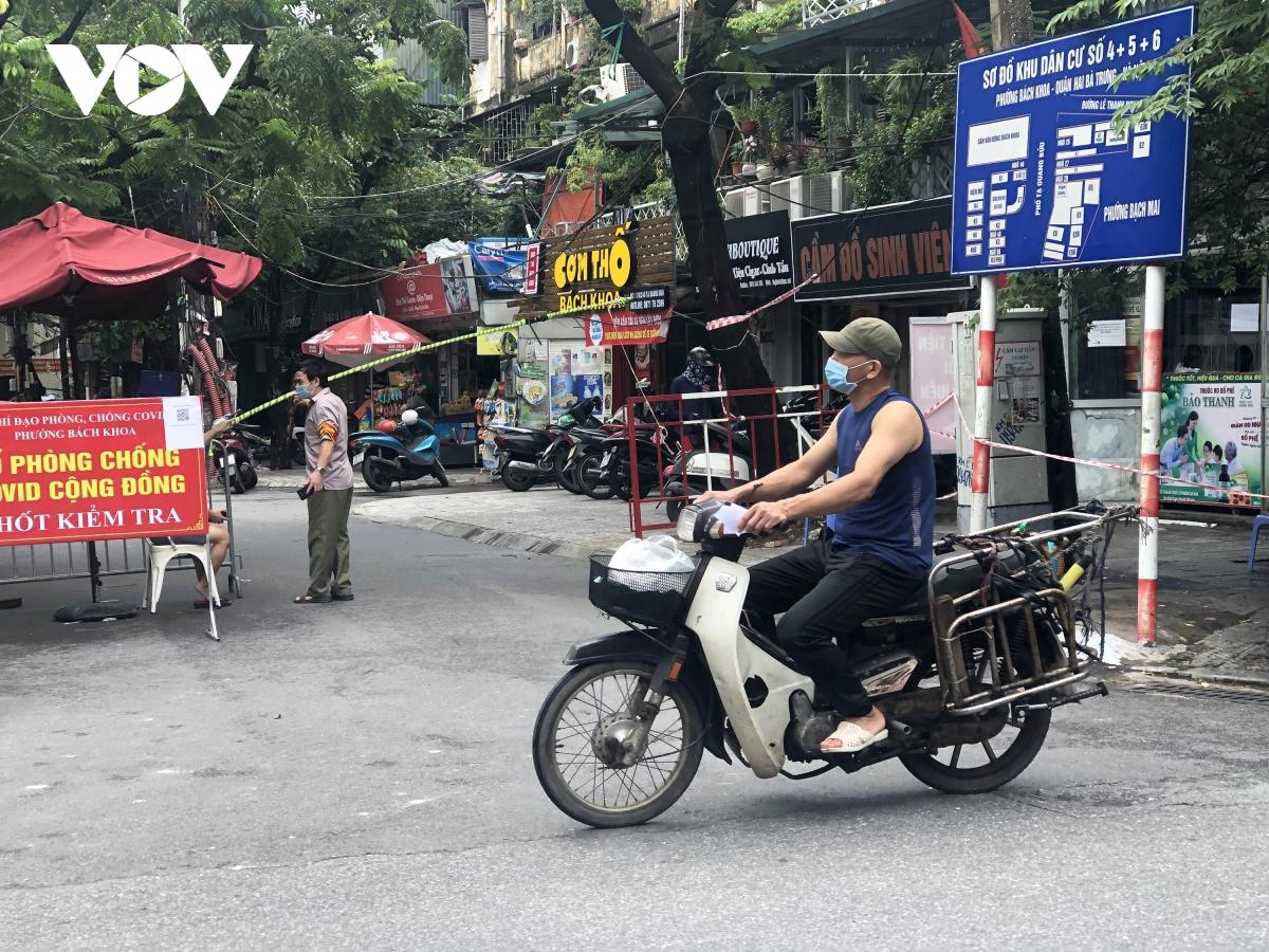 Nhiều ngõ, xóm ở Hà Nội vẫn rào chặt, chốt kiểm soát 'thả lỏng' người ra vào - Ảnh 8.