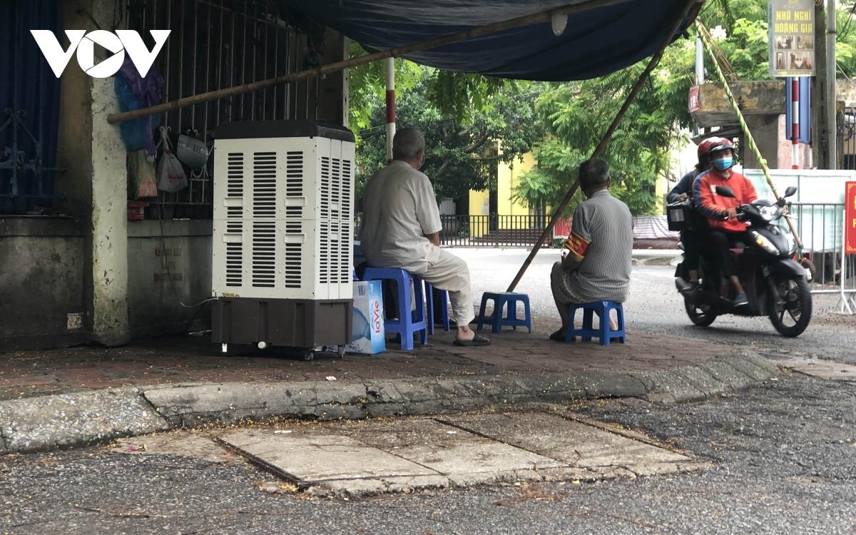 Nhiều ngõ, xóm ở Hà Nội vẫn rào chặt, chốt kiểm soát 'thả lỏng' người ra vào - Ảnh 6.