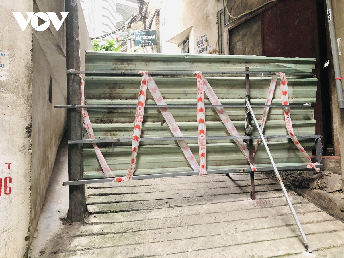 Nhiều ngõ, xóm ở Hà Nội vẫn rào chặt, chốt kiểm soát 'thả lỏng' người ra vào - Ảnh 9.