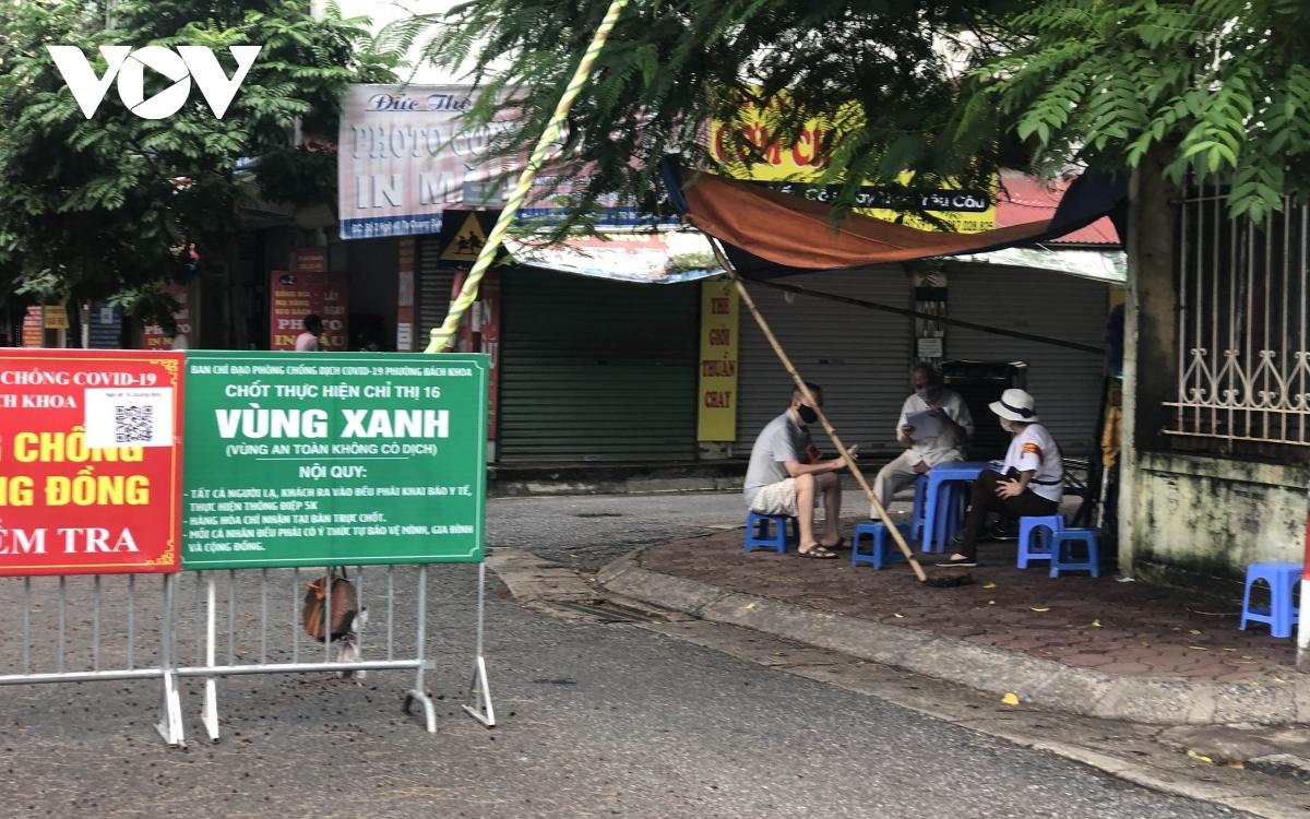 Nhiều ngõ, xóm ở Hà Nội vẫn rào chặt, chốt kiểm soát 'thả lỏng' người ra vào - Ảnh 7.